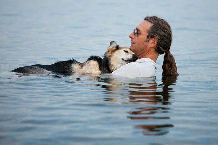 A férfi, aki minden este kiviszi úszni a beteg kutyáját, mert ez segít neki, hogy kevésbé érezze a fájdalmat.