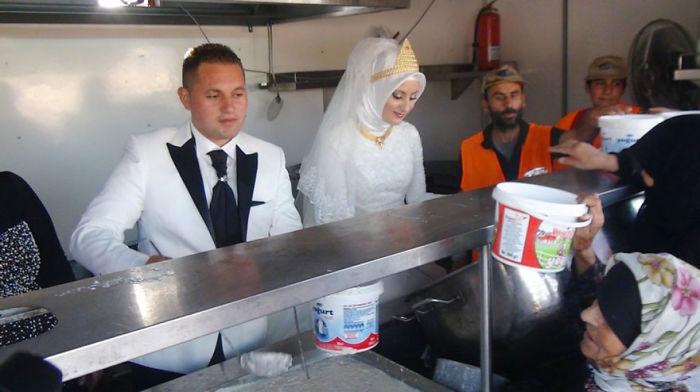 Egy török menyasszony és vőlegény azzal töltötték az esküvőjüket, hogy megetettek 4000 menekültet.