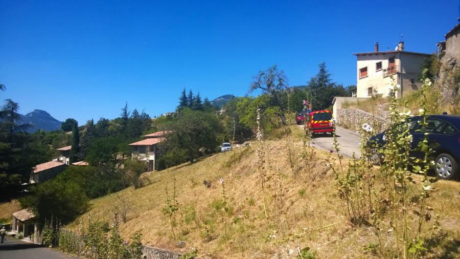 le-village-vacances-familles-de-lagrand-dans-les-hautes-alpes-ou-sejournent-les-deux-familles
