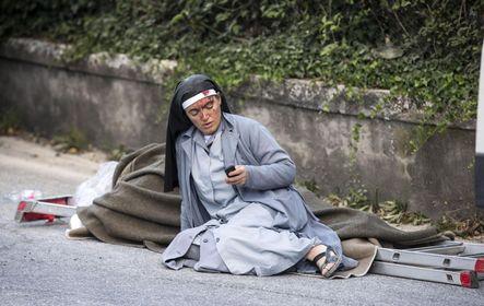 Sebesült apáca az olaszországi földrengés amatricei helyszínén