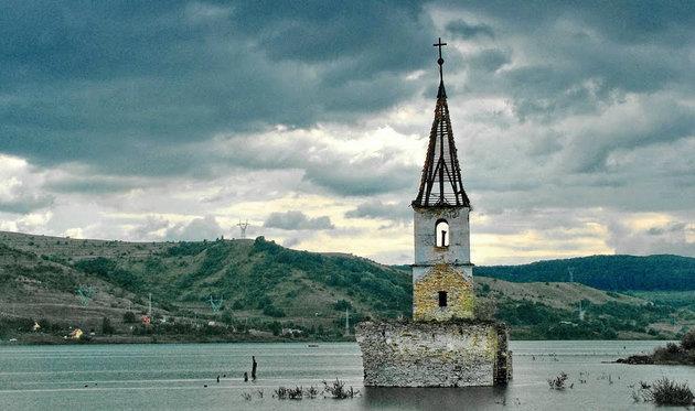 Képünk mementó a székely bözödújfalui templom elsüllyesztése, amelyet a román diktátor árasztott el a hegyekből zúduló vízzel. Zsilipek nyitásával.