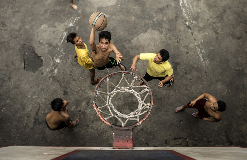 Inmates play basketball inside the Quezon City Jail in Manila in this picture taken on July 18, 2016. There are 3,800 inmates at the jail, which was built six decades ago to house 800, and they engage in a relentless contest for space. Men take turns to sleep on the cracked cement floor of an open-air basketball court, the steps of staircases, underneath beds and hammocks made out of old blankets. / AFP PHOTO / NOEL CELIS / TO GO WITH AFP STORY: Philippines-politics-crime-jails, FOCUS by Ayee Macaraig