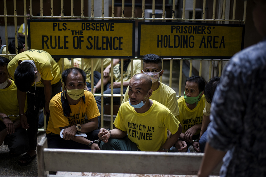 Inmates wait at the holding area to attend their trial at the Quezon City regional trial court in Manila in this picture taken on July 29, 2016. There are 3,800 inmates at the jail, which was built six decades ago to house 800, and they engage in a relentless contest for space. Men take turns to sleep on the cracked cement floor of an open-air basketball court, the steps of staircases, underneath beds and hammocks made out of old blankets. / AFP PHOTO / NOEL CELIS / TO GO WITH AFP STORY: Philippines-politics-crime-jails, FOCUS by Ayee Macaraig