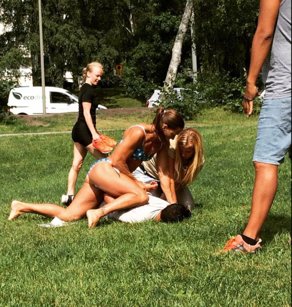 Napozás közben így szerelték le a svéd nők a menedékkérőt, mert telefont akart tőlük lopni, miközben itták a Nap jótékony hatásait
