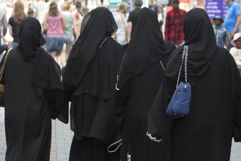 Muslim-woman-clothed-with-burqa-in-downtown-Bonn-2-