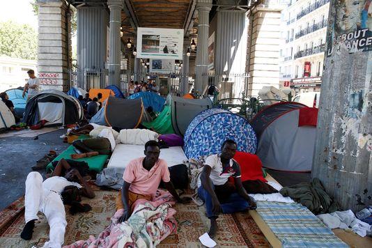 4980728_6_2410_des-migrants-dans-un-camp-improvise-sous-le_e0ca088085ed7cd0f9fa621c2a633e2b