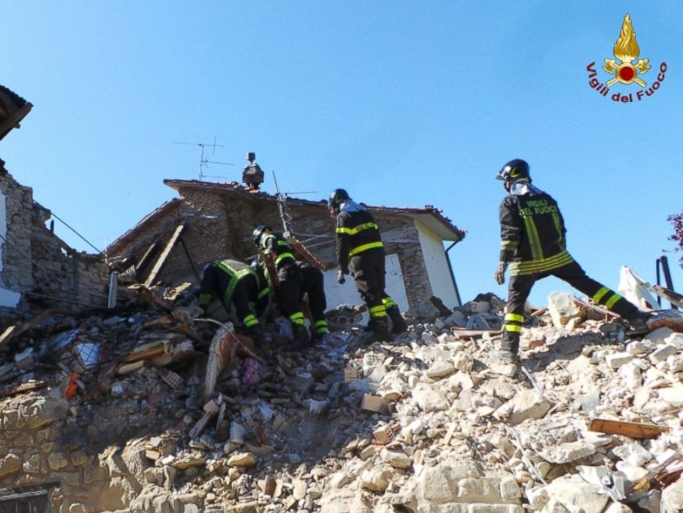 HT_italy_quake_dog_rescue_2_jt_160902_4x3_992