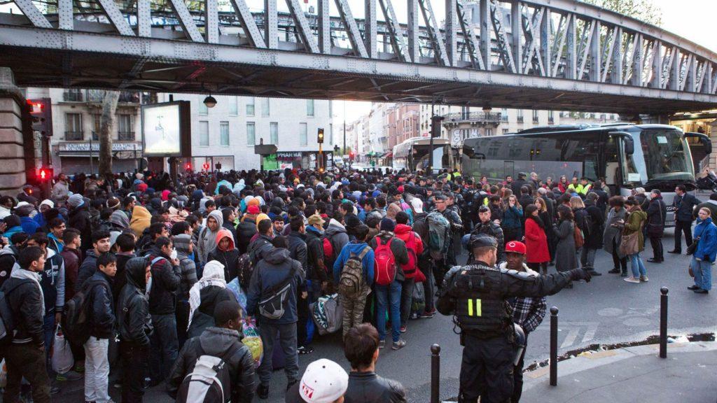 evacuation-d-un-camp-de-migrants-installe-sous-le-metro-aerien-pres-de-la-station-stalingrad-a-paris-le-2-mai-2016_5590543