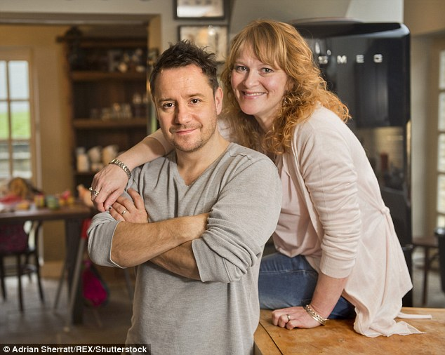 3900C83000000578-3817609-The_comedian_writer_and_broadcaster_Jon_Holmes_with_his_wife_Nic-m-80_1475353825172