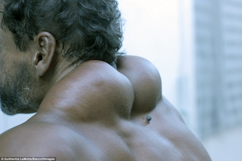391563D700000578-3821224-From_behind_his_neck_and_back_muscles_make_him_look_like_somethi-a-55_1475579686452