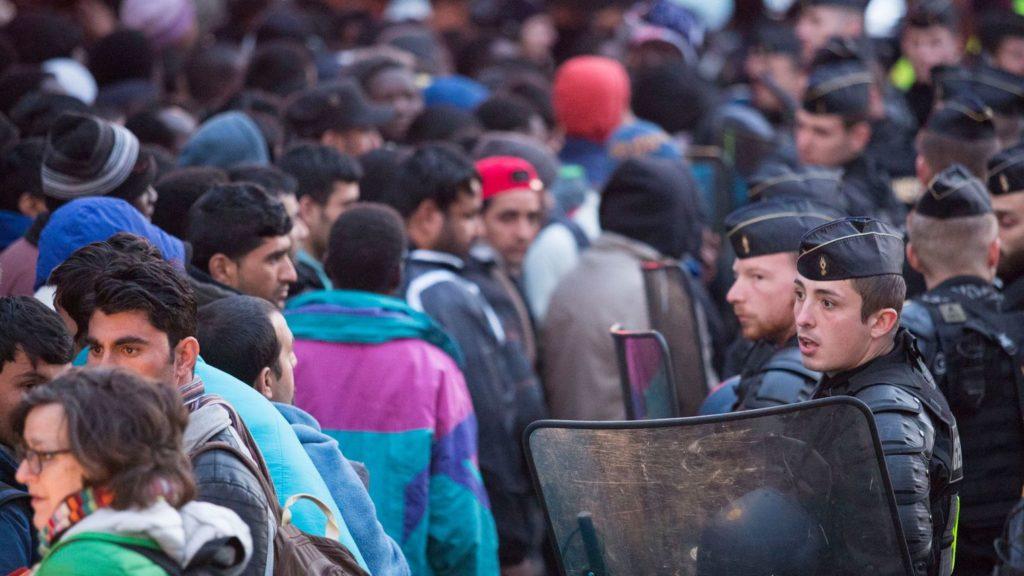 des-migrants-evacues-d-un-campement-improvise-pres-de-la-station-de-metro-stalingrad-a-paris-le-2-mai-2016_5594613