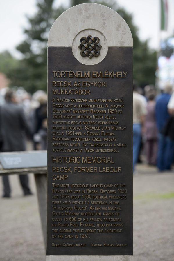 Recsk, 2014. szeptember 20. Az 1950 és 1953 mûködõ recski munkatábor helyén kialakított történelmi emlékhelyet megjelölõ faragott kõtábla, sztélé, amelyet 2014. szeptember 20-án avattak fel a Recski Emlékparkban. MTI Fotó: Komka Péter